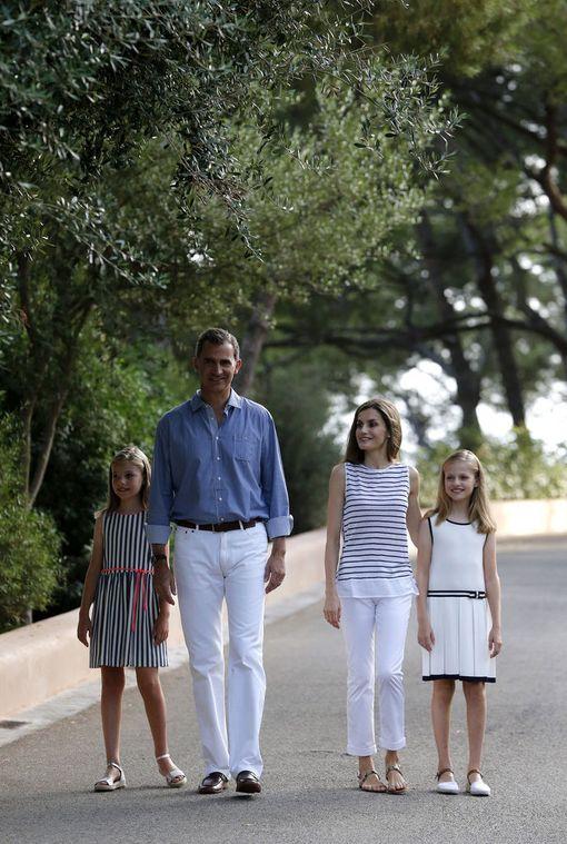 Perhe kuvattiin saman tyyppisessä lomatyylissä myös viime vuonna.