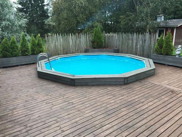 Uima-altaan ympärillä riittää tilaa aurinkotuoleille.