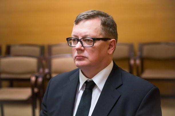 Ulvilan surman entinen tutkinnanjohtaja Juha Joutsenlahti tuomittiin käräjillä sakkoihin virka-aseman väärinkäytöstä. Nyt asiaa puidaan hovissa.