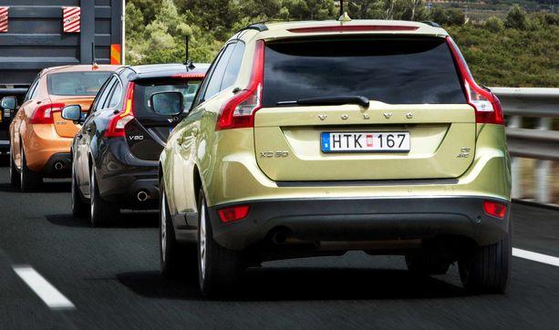 Katumaasturi, diesel ja ikää noin kahdeksan vuotta. Sellainen on tyypillinen tuontiauto ja Ruotsista tuotuna merkki on Volvo.