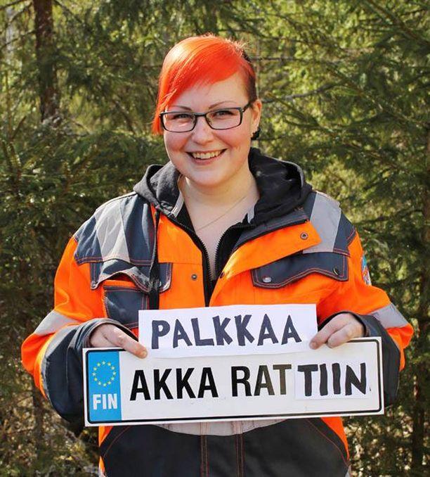 Lukander haki Facebook-ilmoituksella töitä puutavara-auton kuljettajan töitä.