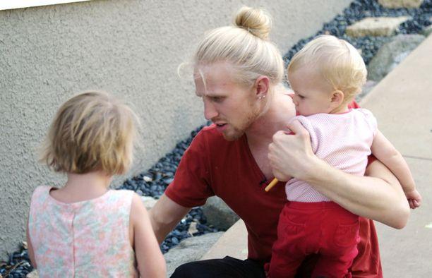 Roni on lapsenmielinen ja leikittää isäntäperheen lapsia tosissaan.