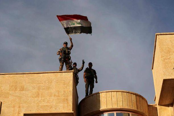 Irakin terrorismin vastaisen yksikön sotilaat nostivat Irakin lipun Bartellan kirkon katolle perjantaina noin 15 kilometriä Mosulista.