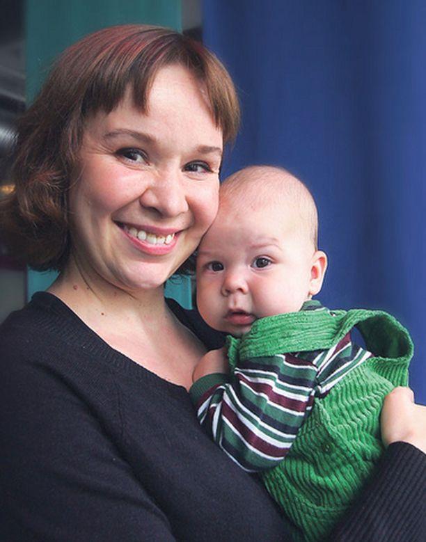 Rosa Meriläinen on puolitoistavuotiaan Frans-pojan äiti.