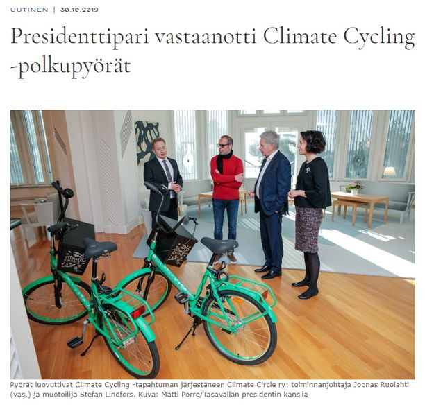 Climate Cycling -tapahtuman puuhamies Joonas Ruolahti ja muotoilija Stefan Lindfors luovuttivat presidenttiparille numeroidut pyörät Mäntyniemessä 30. lokakuuta.