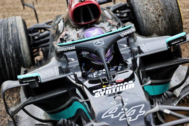 Lewis Hamilton suditteli hiekalla Imolan GP:ssä.