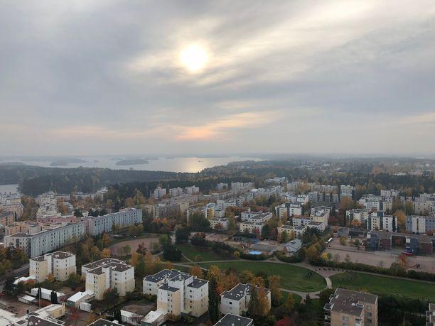 Vuosaari on tunnettu Aurinkolahden uimarannasta ja Suomen korkeimmasta asuinrakennuksesta, Cirruksesta. Kuva tornitalon huipulta.