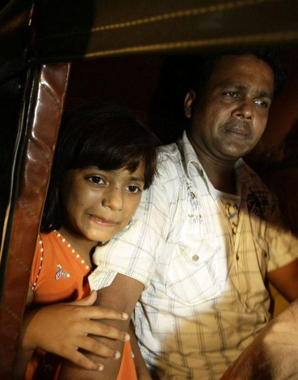 Rubina ja isänsä Rafiq poistumassa poliisiasemalta sunnuntaina.