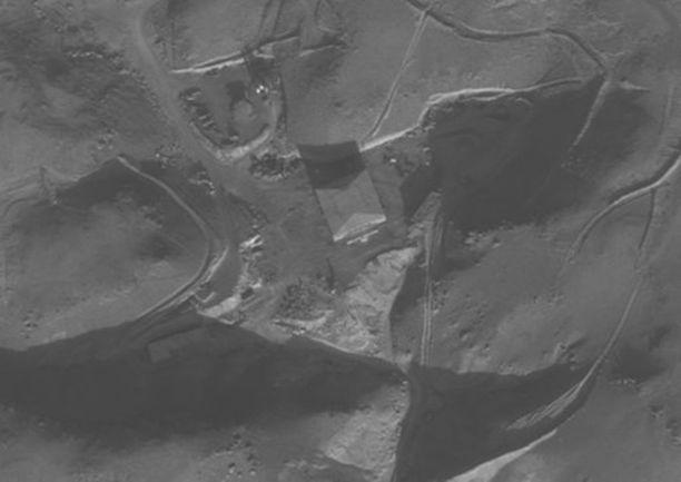 Al-Kibarin reaktorirakennus satelliittikuvassa.