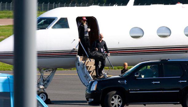 Popin kuningatar astui lentokoneestaan Tallinnan kentälle myöhään iltapäivällä.