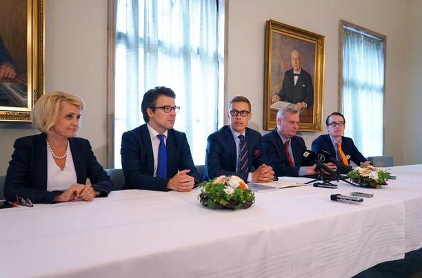 Hallitusviisikko kokoontui tulevan pääministerin johdolla maanantaina eduskunnassa.