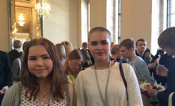 Pia Pöysti (vas.) oli innoissaan siitä, että Viivi Kauppinen (oik.) pääsi esittämään kysymyksen opetusministeri Sanni Grahn-Laasoselle. Eduskuntatalosta kaksikolle oli jäänyt mieleen erityisesti marmoriportaat.