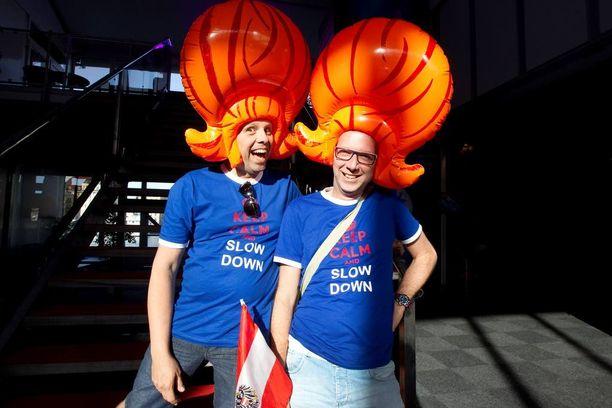 Jan Boer ja Patrick Rensen keräsivät huvittuneita katseita hauskoilla peruukeillaan.