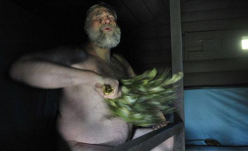 Juha Mieto savusaunassa.