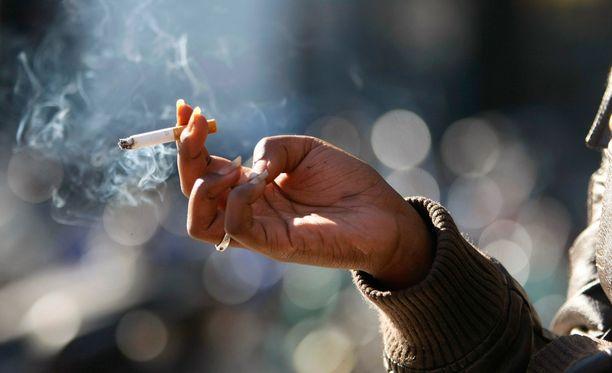 Tupakkalaki kiristyy jälleen maanantaina.