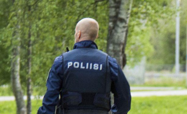 Poliisin tapahtumapaikan lähistöltä tavoittama epäilty on kirjoilla yhdessä rivitalon asunnoista. Kuvituskuva.