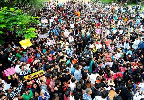 Koululaisten vanhemmat osoittavat mieltään Bangaloressa sen jälkeen, kun kuusivuotias tyttö oli raiskattu koulussa.