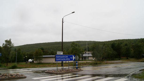 Uusi majoitusrakennus ja ravintola rakennettaisiin alustavien suunnitelmien mukaan seurakuntatalon taakse tunturin rinteeseen.
