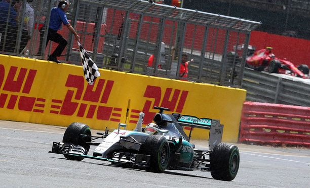 Lewis Hamilton ajoi kotiyleisön edessä ruutulipulle ykkösenä.