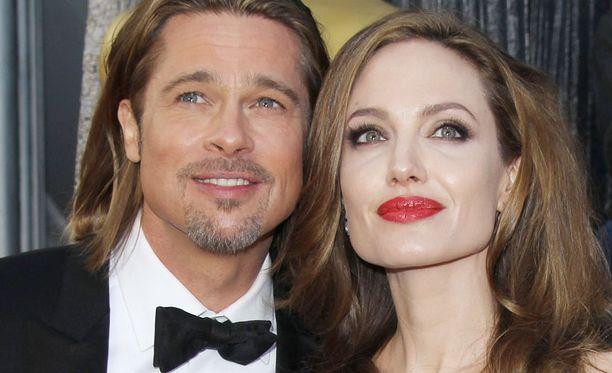 Hollywoodin kuuluisin pariskunta on ilmeisesti viimein astelemassa avioon. Pariskunta ei ole vielä itse vahvistanut kihlausuutista.