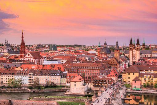 Yhdistä sadonkorjuumatkaasi kaupunkilomailua kulttuurikaupunki Würzburgissa.