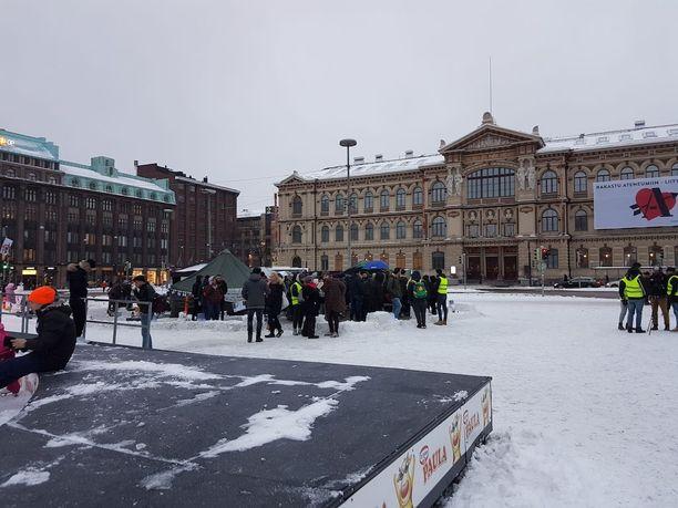 Turvapaikanhakijoiden mielenilmaus on jatkunut Helsingin Rautatientorilla jo toista kuukautta.