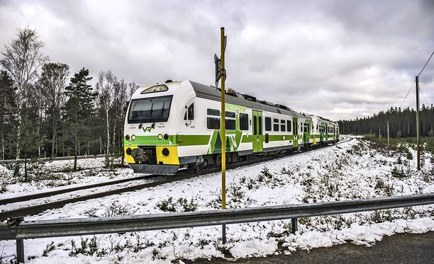 Puolustusvoimien varusmiehiä kuljettanut ajoneuvo ja juna törmäsivät tuhoisasti lokakuun lopussa Raaseporissa. Neljä ihmistä sai surmansa.