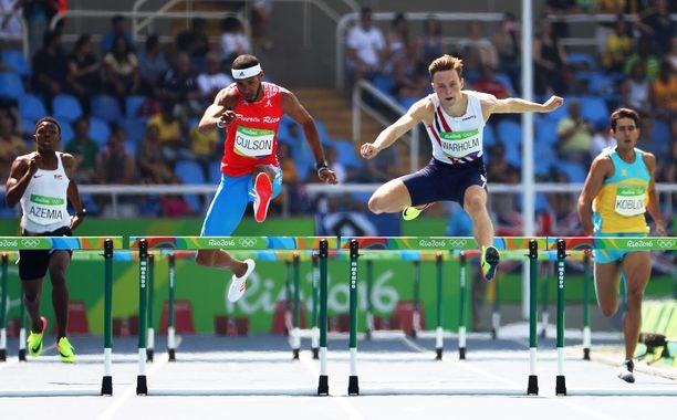 Tältä Warholmin aitominen näytti Rion olympialaisissa. Kädet osoittavat sivulle, miehen ja aidan välissä on ilmaa.