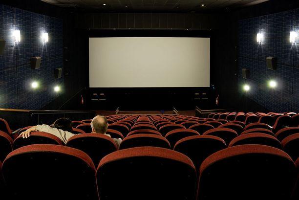 Pariskunta jäi teatteriin kahdestaan nautiskelemaan elokuvasta. Kuvituskuva.