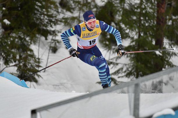 Iivo Niskanen hiihtää kolmannen osuuden vapaalla hiihtotavalla.