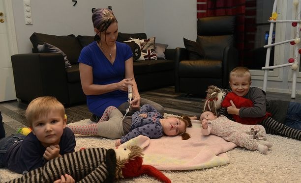Veljekset Lucas ,7, ja Aksel, 4, odottavat innokkaana joulupukkia.
