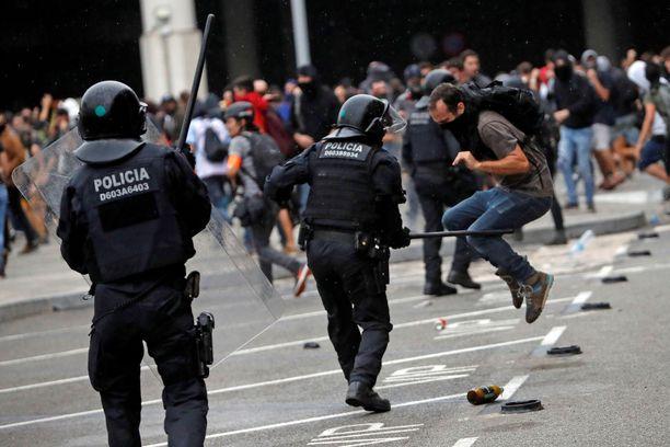Mielenosoitus on lamauttanut Barcelonan lentokentän. Yli sata lentoa on peruttu maanantaina.