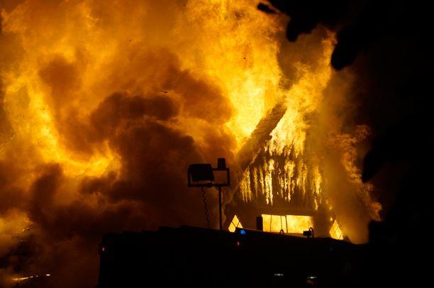 Tulipalo tuhosi 300-neliöisen varastorakennuksen Auran keskustan läheisyydessä maan tasalle.