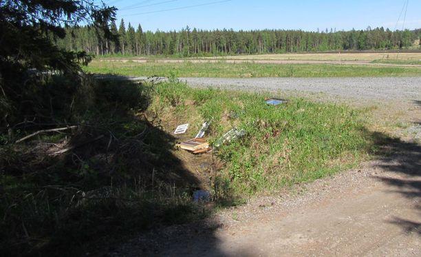 Useita ikkunoita oli jätetty ojaan ja tienpenkalle yksityistien varteen. Paikka sijaitsee noin viiden kilometrin päässä Jämsänkoskesta.
