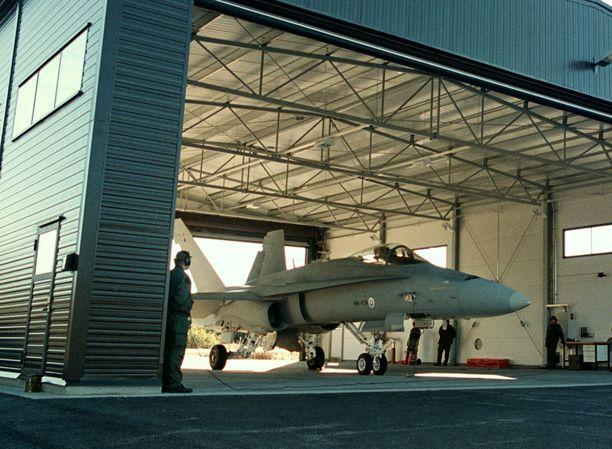 Vastaajan virkatehtävä on valmistella lentokoneita lähtöön ja vastaanottaa niitä. Arkistokuva sotaharjoituksesta.