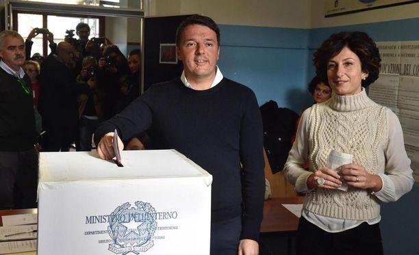 Italian päämnisteri Matteo Renzi kävi äänestämässä vaimonsa Agnese Renzin kanssa . Renzi on sanonut eroavansa, jos perustuslain uudistus ei mene läpi.
