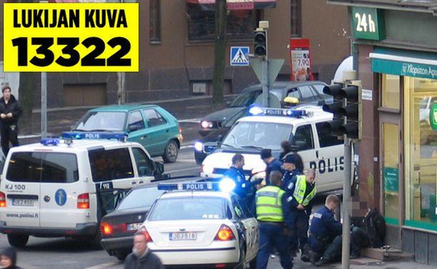Poliisi nappasi karkurit kiinni Yliopiston apteekin edessä Töölössä.