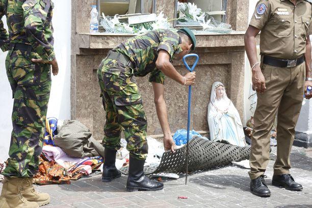Sri Lankan turvallisuusjoukot tutkivat räjähdyspaikkaa St Anthony's Shrine -kirkolla Colombossa. Tähän asti saatujen tietojen mukaan kukaan ei ole ottanut kirkkoon tai muihin viiteen kohteeseen tehtyjä iskuja nimiinsä.
