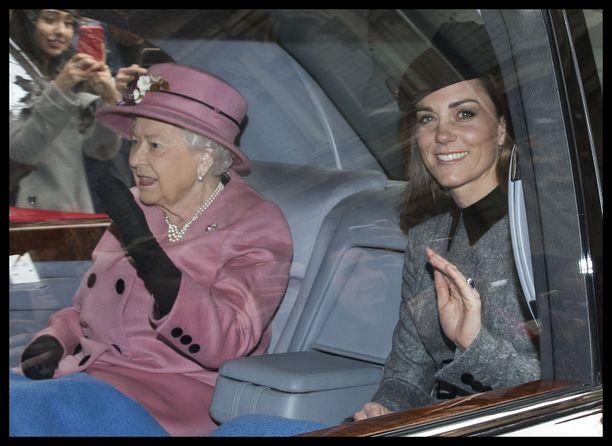 Kuningatar ja herttuatar saapuivat samalla kyydillä iloisesti vilkutellen.