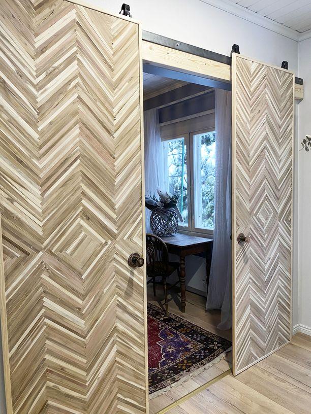 Jenni Utriaisen tekemissä ovissa on komeat kuviot, jotka muodostuvat kierrätyspuutikuista.