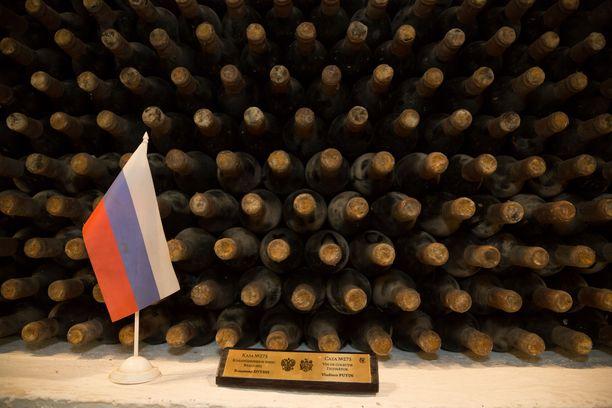 Vladimir Putinin kokoelma Cricovan varastoissa. Pöly ja home saavat kertyä pullojen päälle, sillä ne suojaavat viinipullon korkkia kuivumiselta.
