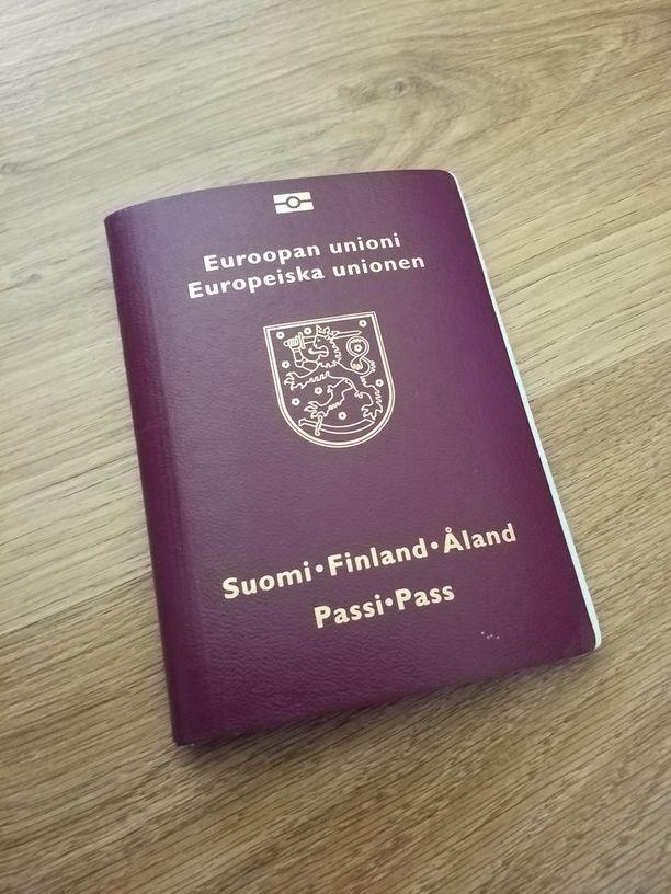 Niiden ahvenmaalaisten, joilla on kotiseutuoikeus, passissa lukee lisäteksti Åland.