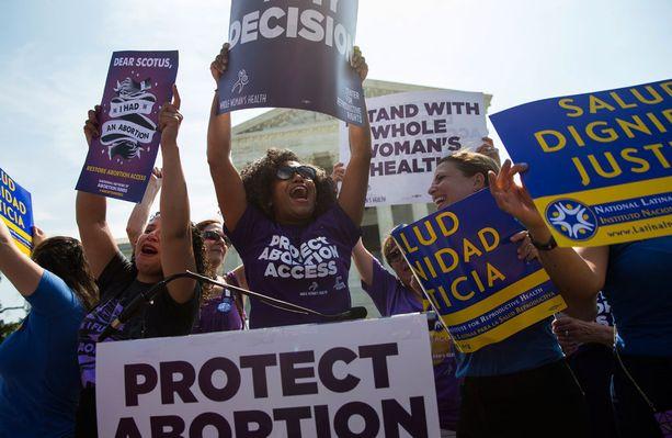 Abortin kannattajia Yhdysvaltain kongressin edustalla.