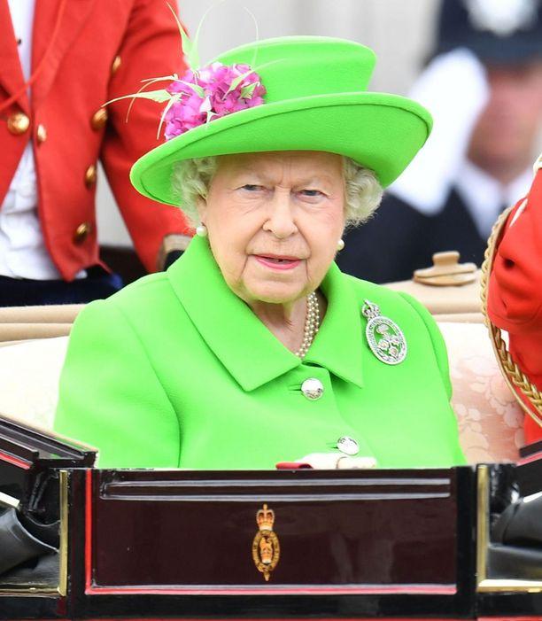 Kuningatar Elisabet juhli nuorekkaassa, räikeänvihreässä asussa syntymäpäiviään.
