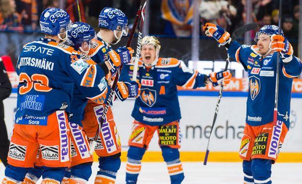 Kristian Kuusela (taustalla) oli Tapparan ykköshärkä toisessa välieräpelissä.