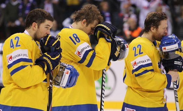 Jimmie Eriksson, Patrik Berglund ja David Petrasek olivat pelin jälkeen maansa myyneitä.