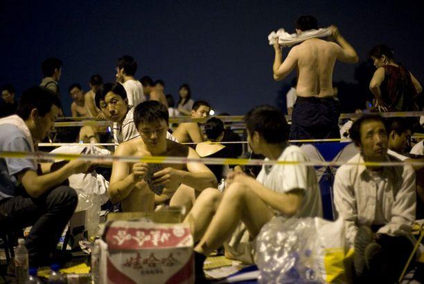 Kymmenisentuhatta ihmistä jonotti lippuja läpi yön.