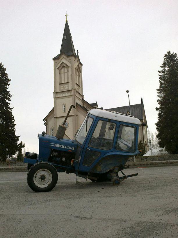 Ja kirkkoonhan on sunnuntaina päästävä, tavalla tai toisella...