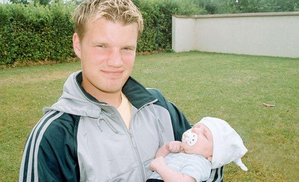 Maximus Tainio isänsä sylissä Auxerressa kesällä 2001.