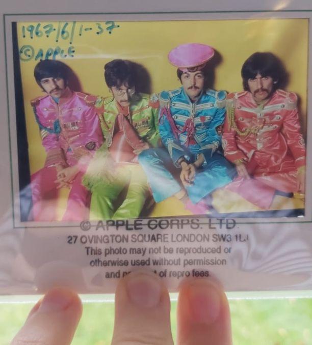 The Beatlesin viehtymys psykedeliaan näkyi heidän pukeutumisessaan 1960-luvun puolivälin jälkeen.